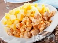 Рецепта Задушени домашни пилешки хапки от гърди (филе) със сметана и гарнитура варени картофи на тиган